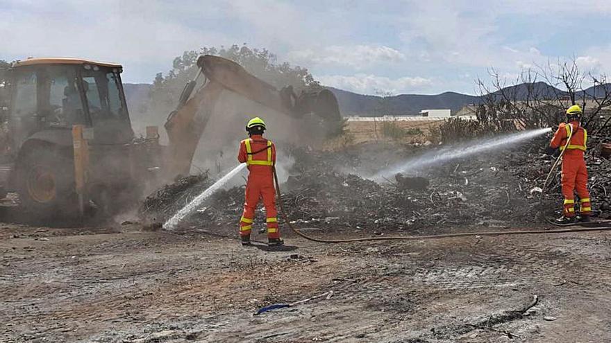 Un incendi de restes de poda és extingit després de 16 hores