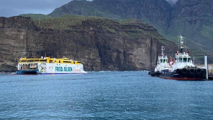 Culmina con éxito el desembarco de vehículos del ferry encallado en Agaete