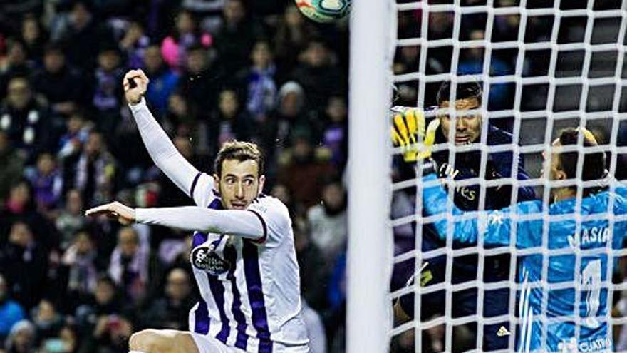 Un gol de Nacho hace líder al Madrid