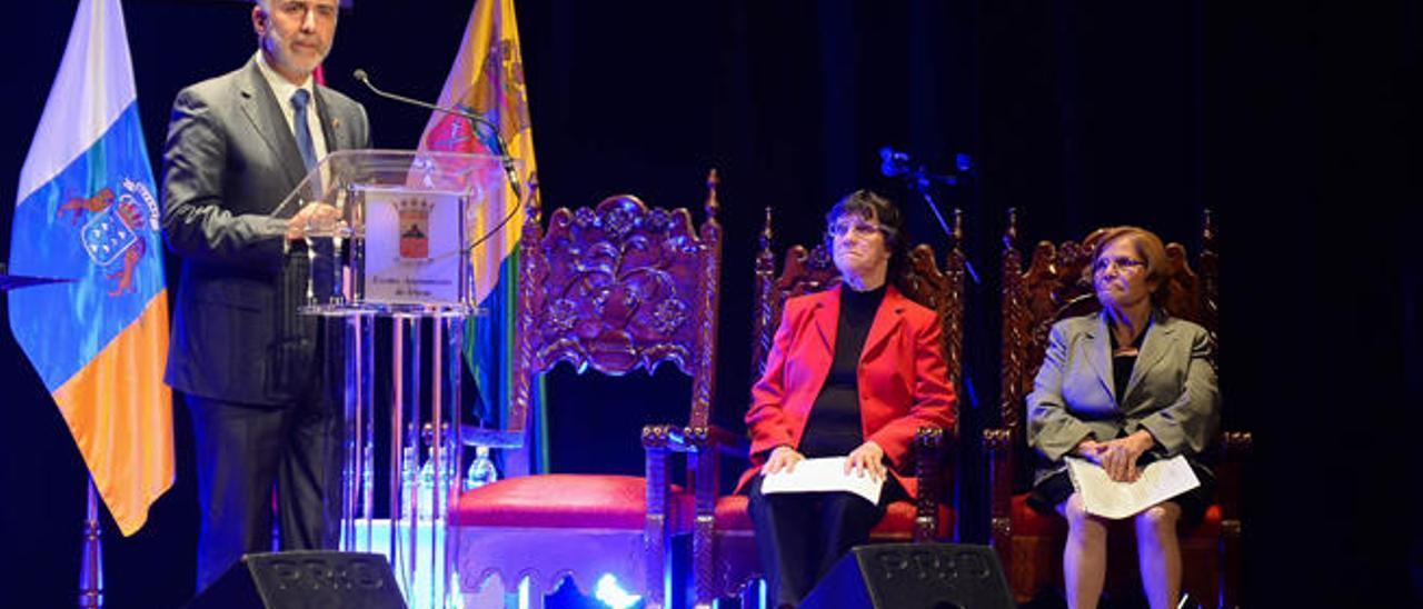 Pino y Balbina Sosa escuchan a Angel Víctor Torres anoche durante el pregón de las Fiestas de San Juan, en el Teatro Viejo