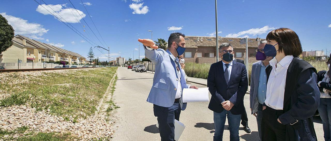 El ingeniero Josep Blasco explica a Fulgencio, Alandete y Morant alternativas para permeabilizar la vía férrea de Gandia al Grau.                             ÀLEX OLTRA