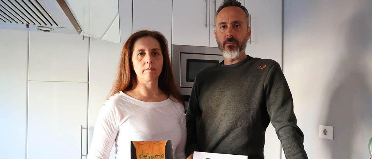 María Elena Agulla y José Antonio Bouza, con dos dibujos elaborados por su hija.