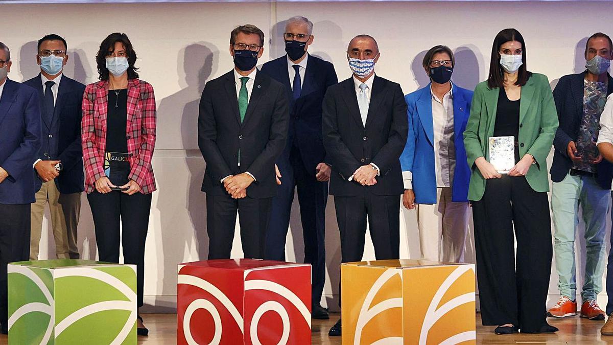 Feijóo, quinto por la izquierda, con conselleiros y premiados ayer en Santiago.     // LAVANDEIRA JR./EFE