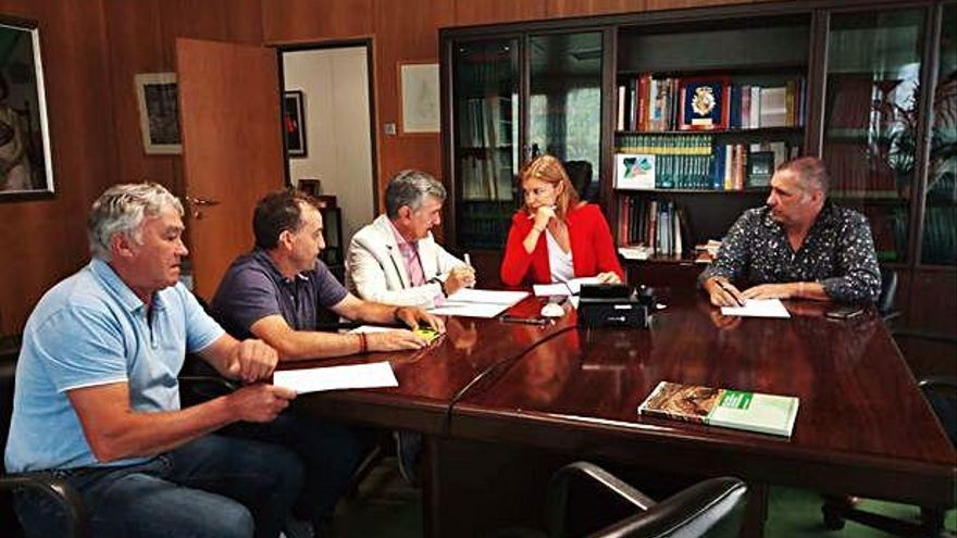 Por la izquierda Rodríguez, Fontaillo, Macías, San Damián y Martín durante la reunión en la Junta.