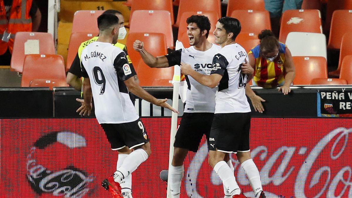 Los jugadores del Valencia celebran uno de sus goles.