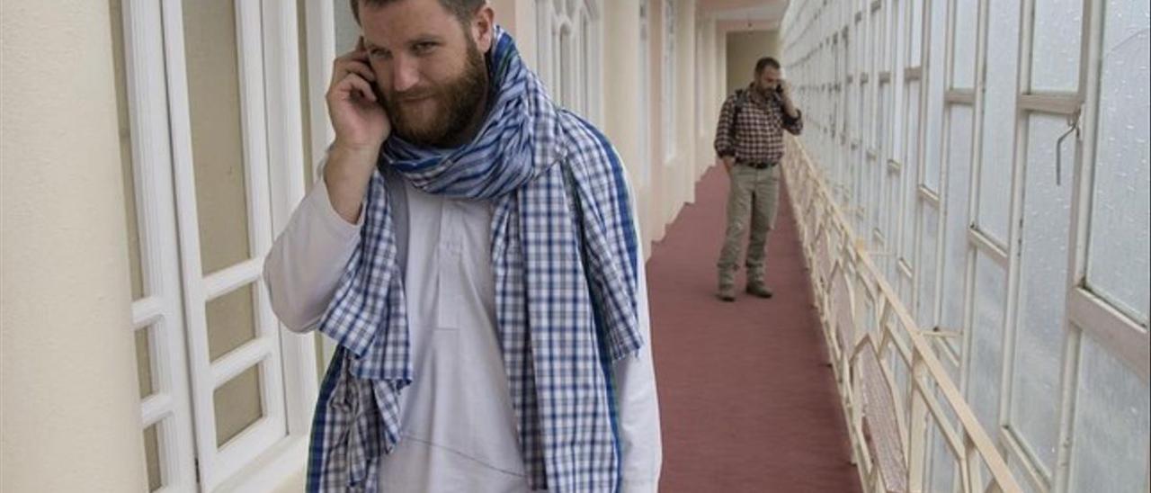 David Beriain, en un hotel de Herat Afganistan junto con el periodista Marc Marginedas, al fondo.