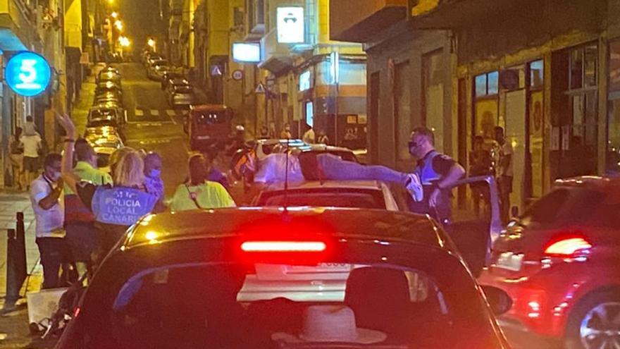 Un motorista acaba encima de un coche tras un accidente en La Isleta