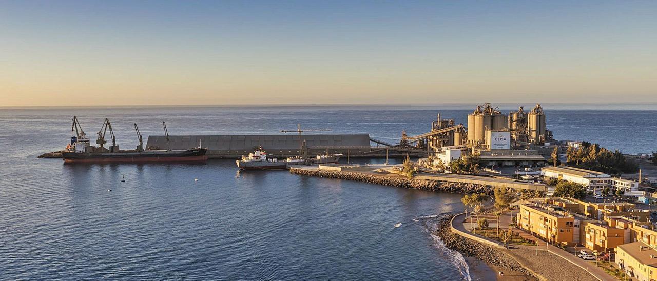 Vista del puerto de Santa Águeda y de la fábrica de cementos de la empresa Ceisa, con la localidad de El Pajar a la derecha. | | LP/DLP