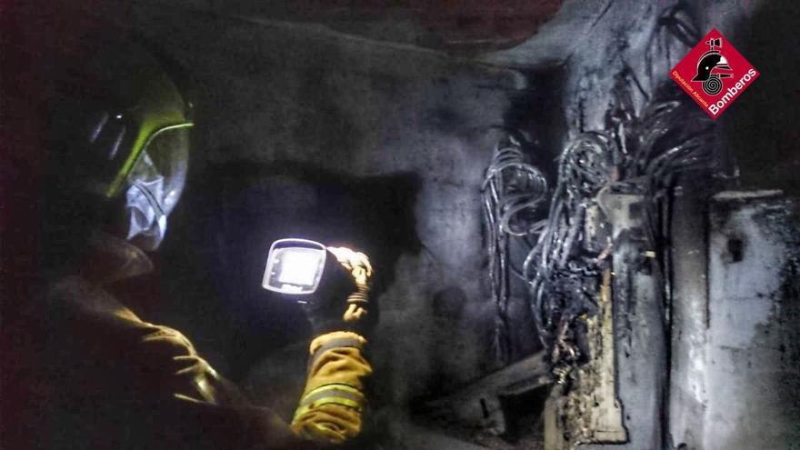 Alarma en Altea por el incendio en un transformador eléctrico en pleno centro urbano