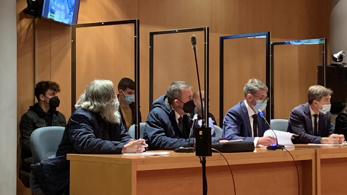Detrás, los acusados Ramón Bueres y Jorge Cue; delante, los letrados José Joaquín García, Sergio Herrero, Gabriel Cueto y Ángel Bernal.
