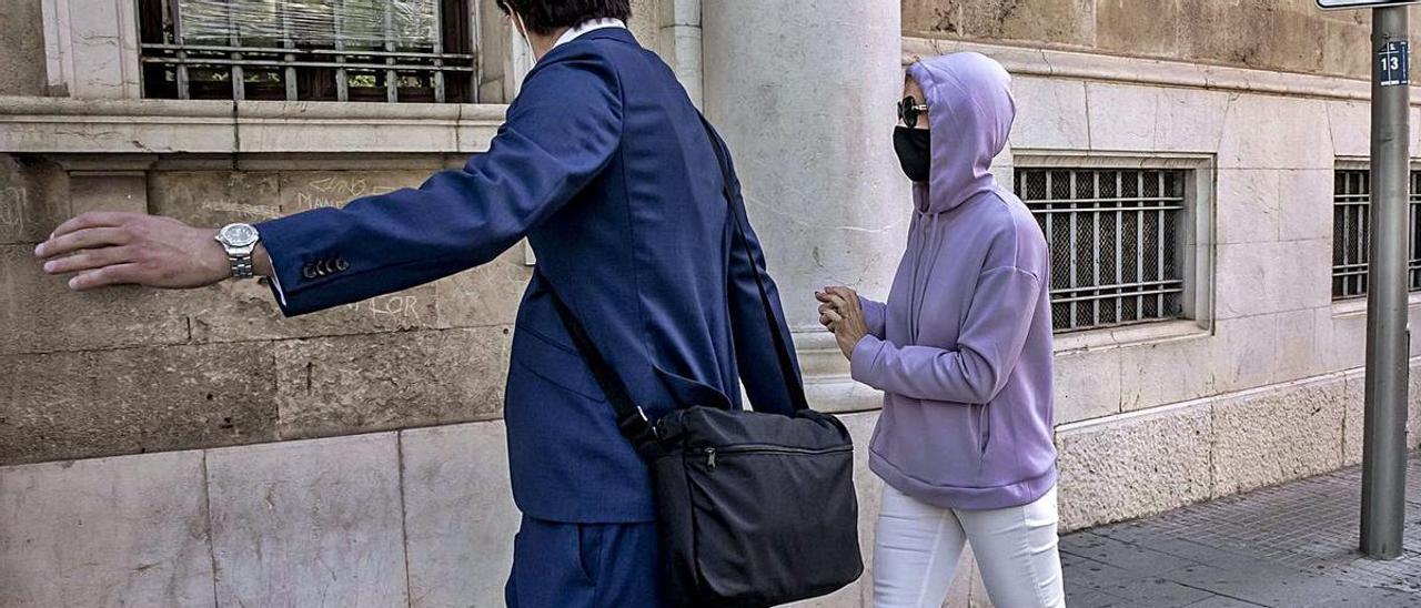 La acusada, ayer a su llegada a los juzgados de Vía Alemania, en Palma.
