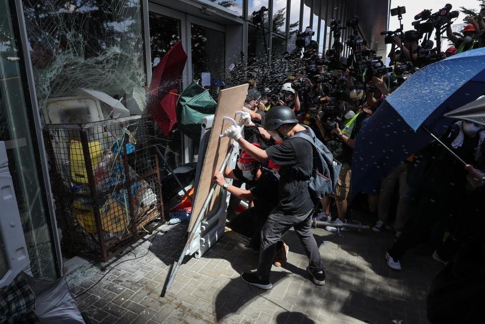Policías y manifestantes hongkoneses chocan en ...