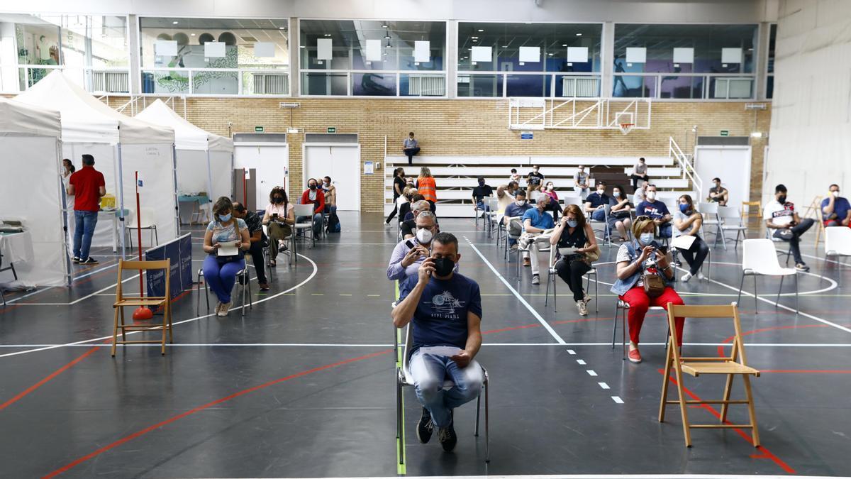 Personas esperando a ser vacunadas en las instalaciones deportivas de la Universidad de Zaragoza.