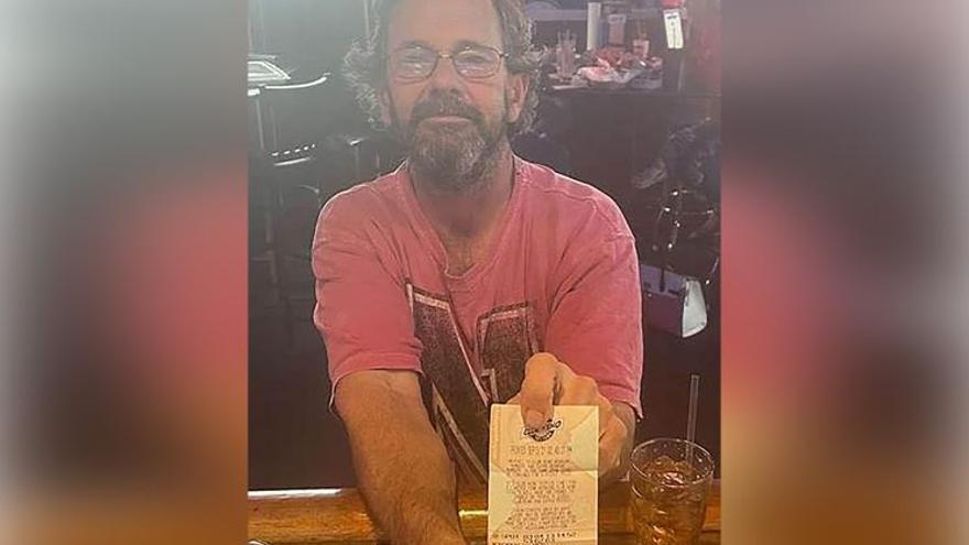 Hallan muerto a un hombre con un billete de lotería ganador en el bolsillo