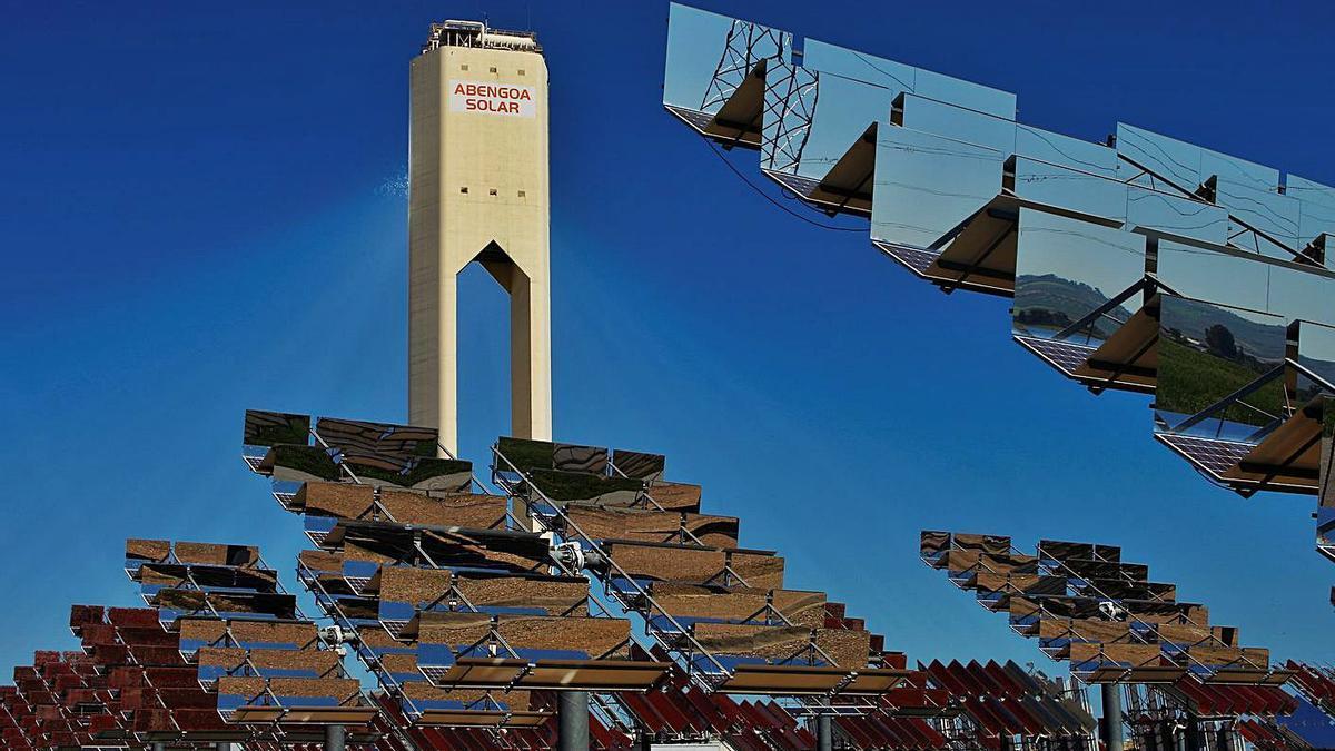 Paneles solares de Abengoa en el parque Solucar, en la localidad sevillana de Sanlúcar la Mayor.   | // E.P.