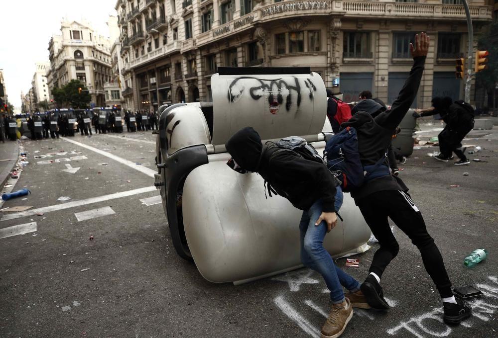 Forts aldarulls i enfrontaments entre manifestants i Policia Nacional a Via Laietana