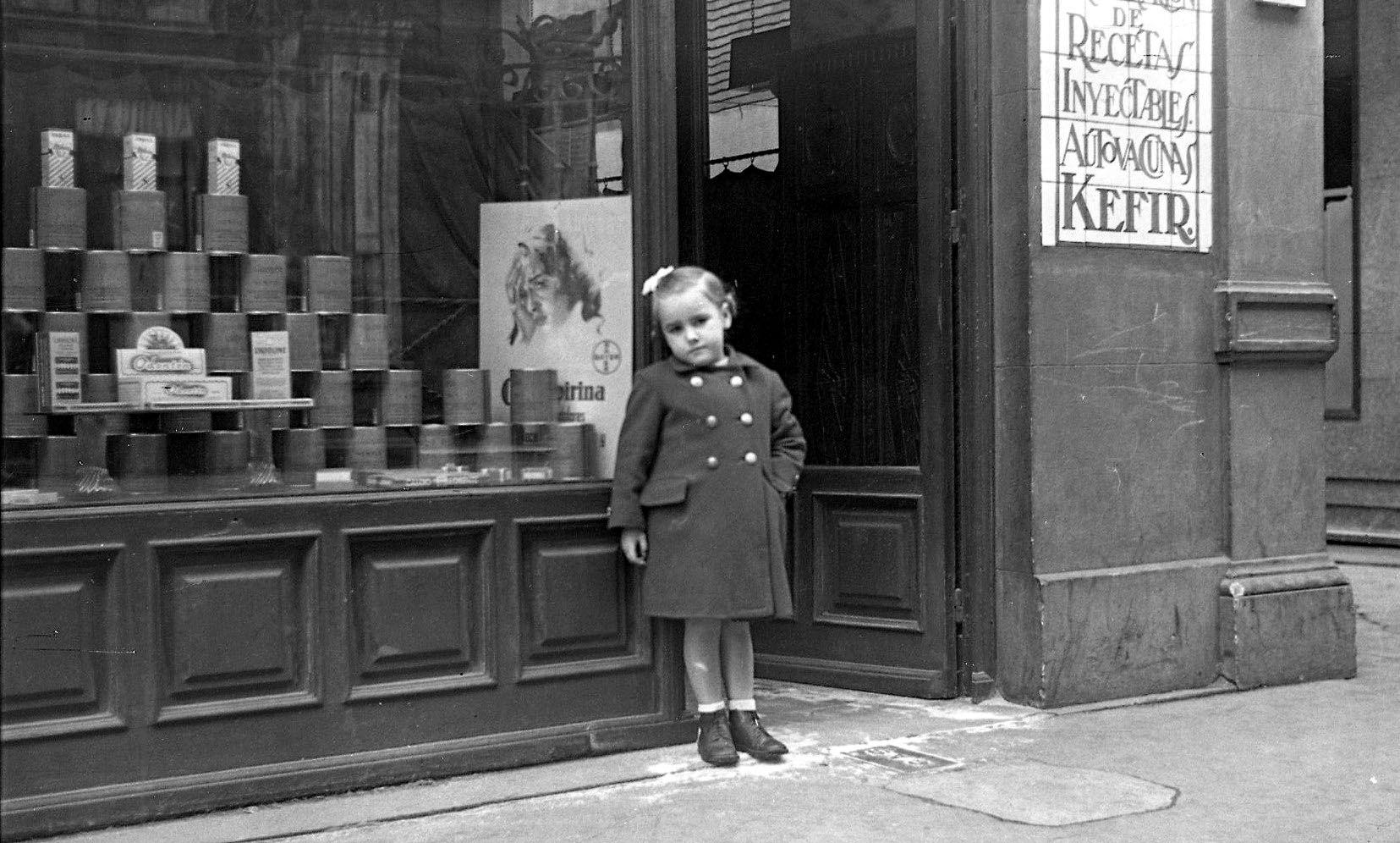 Farmacia Castillo en la calle Corrida de Gij�n-Xix�n, h. 1955.jpg