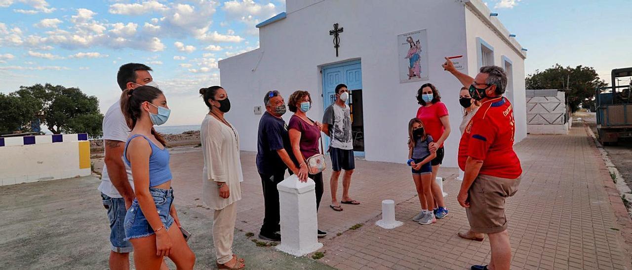 Los vecinos, junto a la ermita recién pintada por ellos. | TORTAJADA
