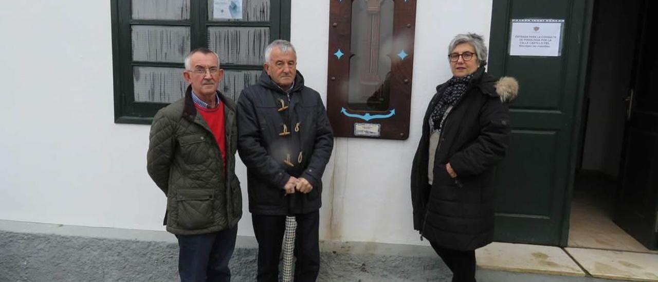 Por la izquierda, José María Acebo, Pepe Llenderronzos y la alcaldesa en funciones de Castropol, Teresa Dorado, junto al barómetro restaurado.