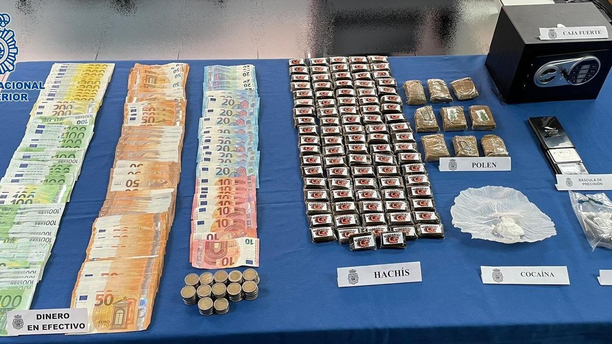 Dinero, droga y material incautado al detenido por la Policía Nacional.