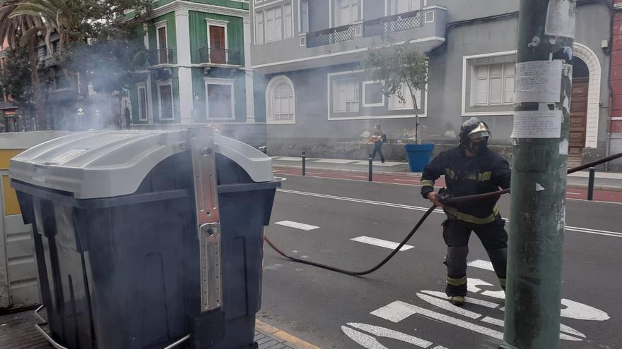 Los bomberos evitan la quema de un contenedor en Primero de Mayo