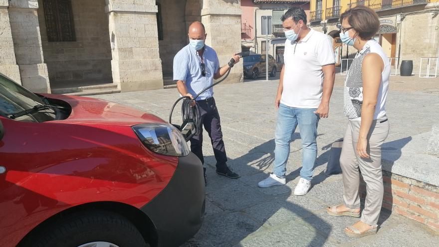 Mostaza muestra a las autoridades el nuevo vehículo eléctrico