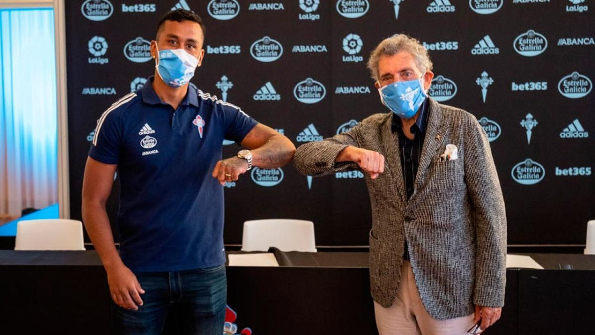 Renato Tapia y el presidente del Celta, Carlos Mouriño, se saludan tras la firma del contrato del peruano con el club vigués.