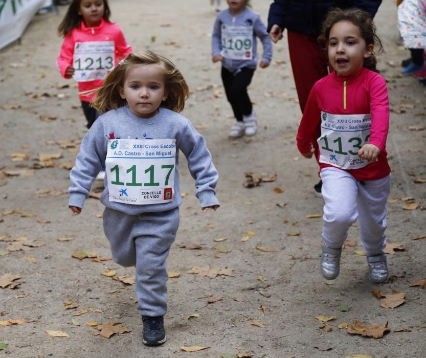 Más de 1.100 jóvenes atletas desafían a las bajas temperaturas para participar en la tradicional carrera de cross escolar.