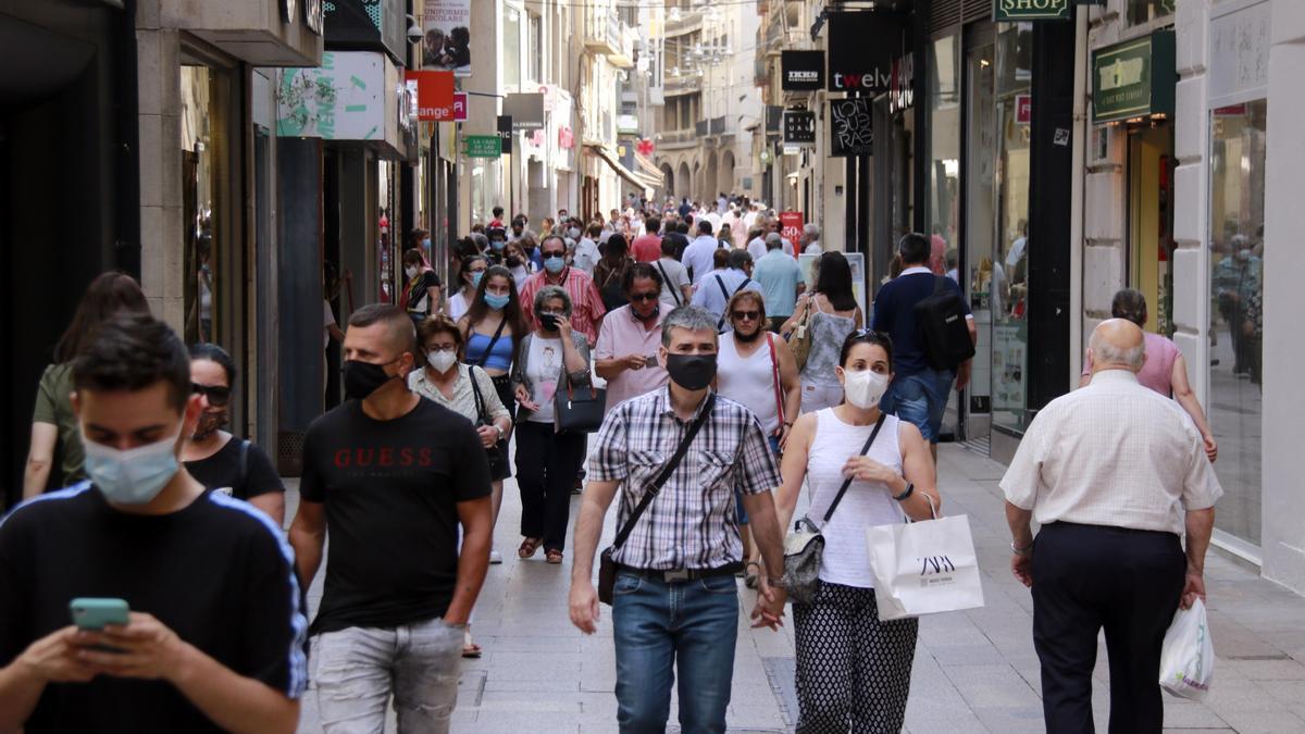 El carrer Major de Lleida on es poden veure diverses persones, la majoria portant mascareta