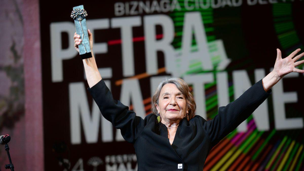 Petra Martínez, con el premio Biznaga Ciudad del Paraíso del Festival.