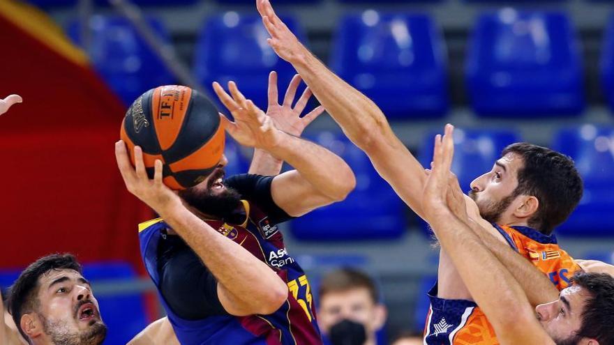 El Valencia Basket sorprende al Barça y toma aire en liga