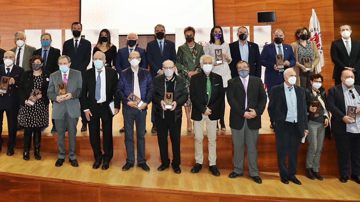 Los premiados con los directores de las cátedras, la consellera de Universidades, el alcalde de Elche y representantes de la UMH, en la foto de familia al finalizar el acto.