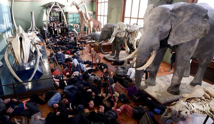 Activistas por el cambio climático organizan una protesta en el Museo de Historia Natural de Viena, Austria