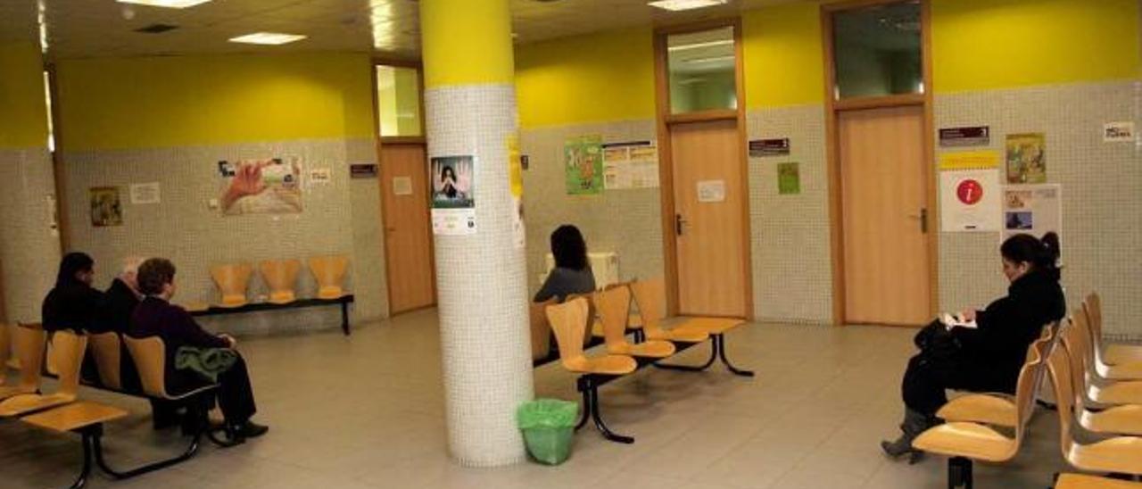 Varias personas esperan para entrar a las consultas del centro de salud de El Berrón.