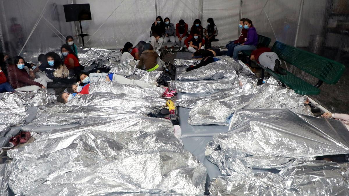 Migrantes hacinados en el centro de internamiento provisional en Donna, Texas.