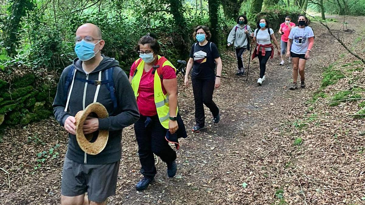 """Participantes en el programa """"Silleda Camiña ca Vía da Prata"""", ayer, durante el recorrido.  """