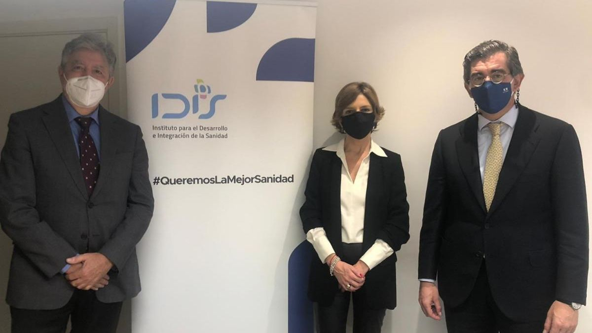 De izquierda a derecha. Juan Abarca, Marta Villanueva y Ángel de Benito, presidente, directora y secretario general de la Fundación IDIS.