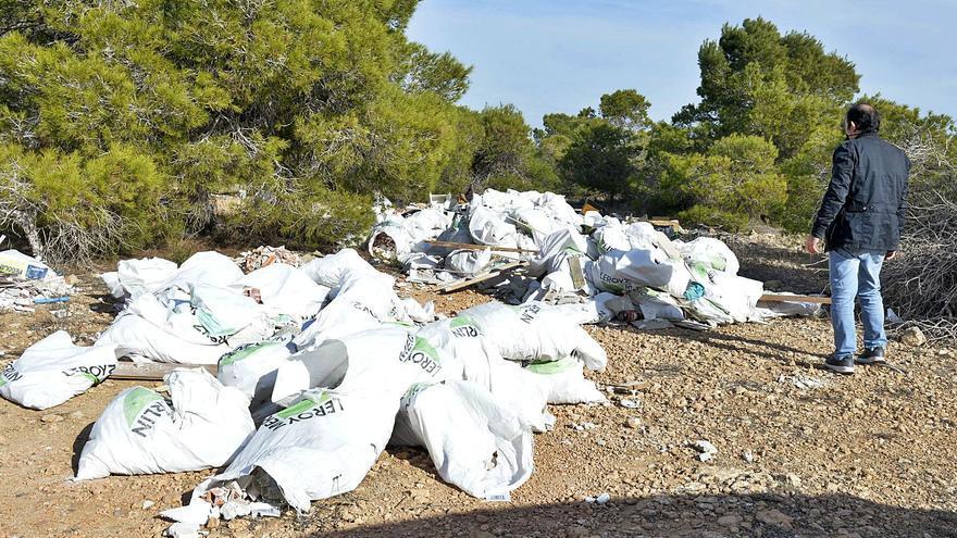 El Ayuntamiento de Elche admite que poner una multa cada dos días no frena los vertidos