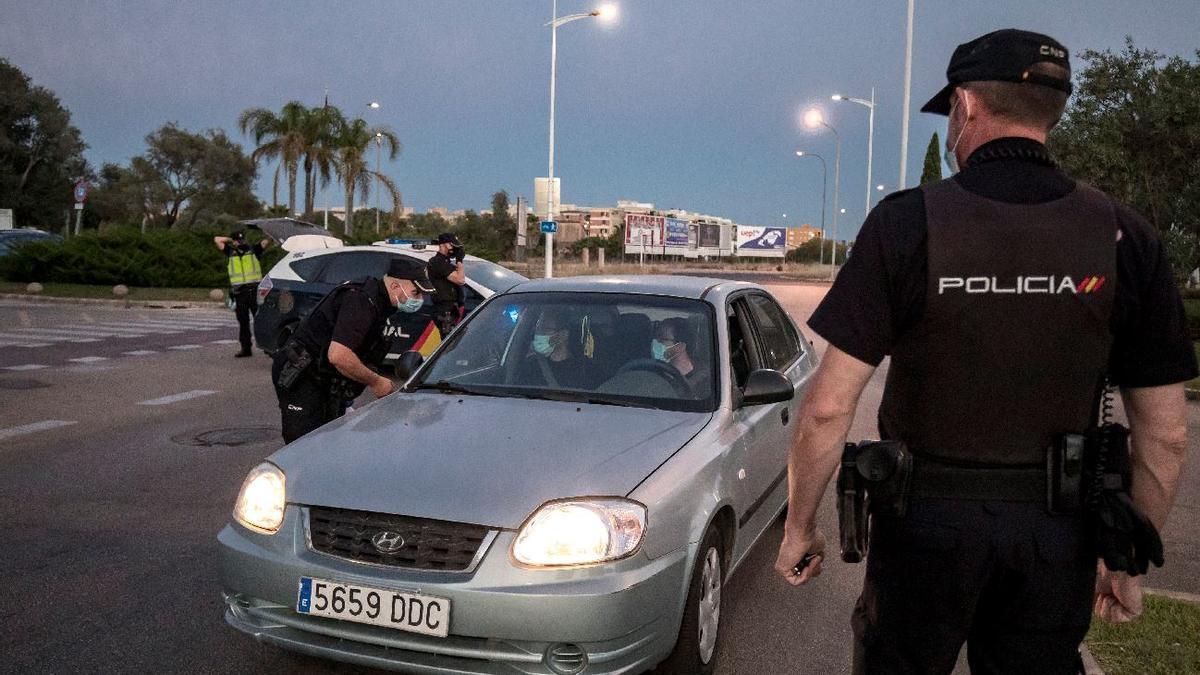 Uno de los dispositivos de las policías Local y Nacional contra el botellón en Son Castelló.
