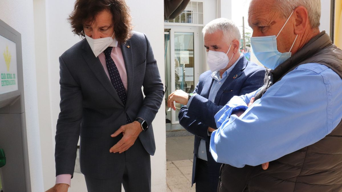 El diputado guadalajareño de Obras y Servicios, Ramiro Magro, ha visitado los de Barbaño y Aljucén.