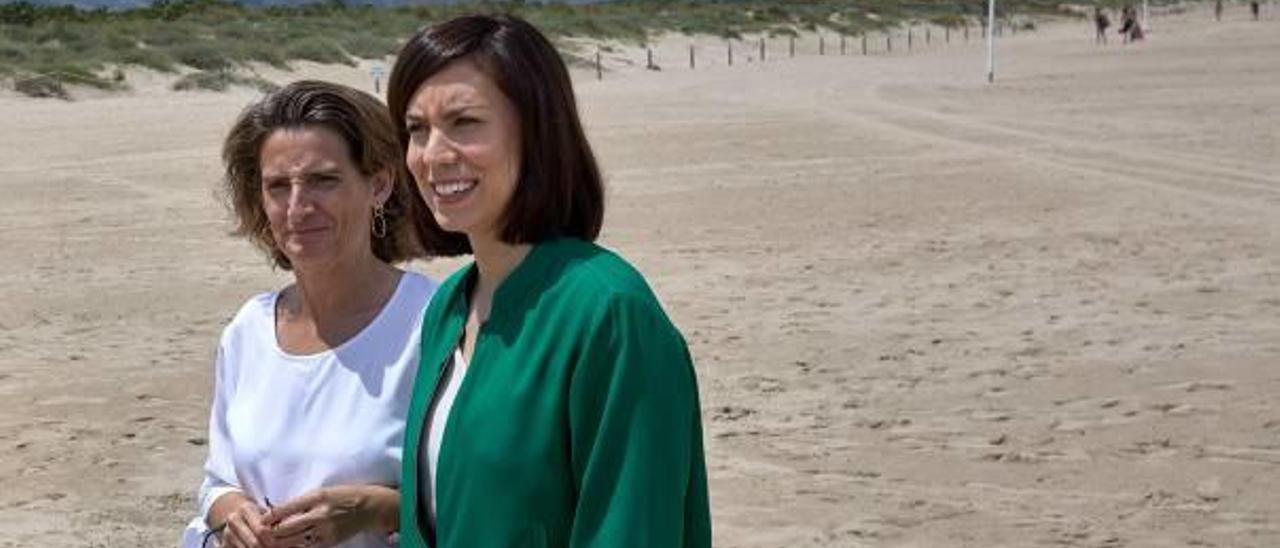 Diana Morant y la ministra Teresa Ribera, ayer en la playa de l'Auir.