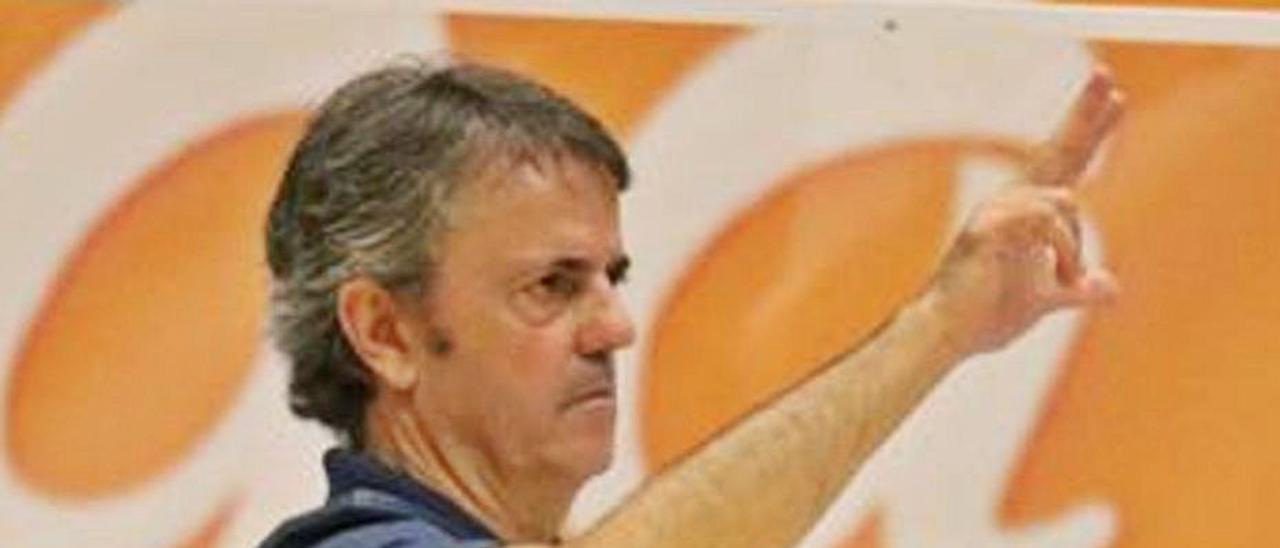 Porfi Fisac, en imagen de esta pretemporada, en el banquillo del Gran Canaria.      LP/DLP