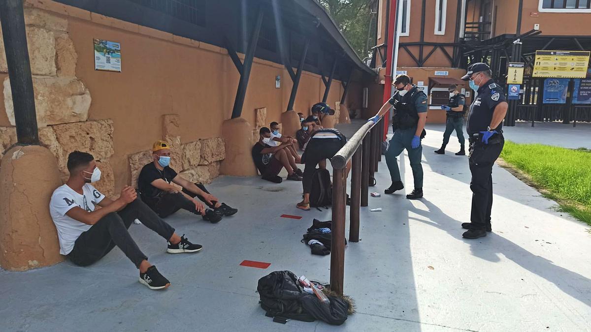 Los migrantes localizados en la carretera del Cap Blanc fueron custodiados por la Guardia Civil y por la Policía Local de Llucmajor.