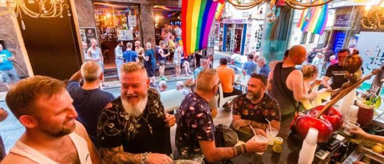 Los locales de ambiente de la capital turística de la Costa Blanca se llenaron ayer de gente y de banderas arcoíris con el Benidorm Pride Festival 2019.