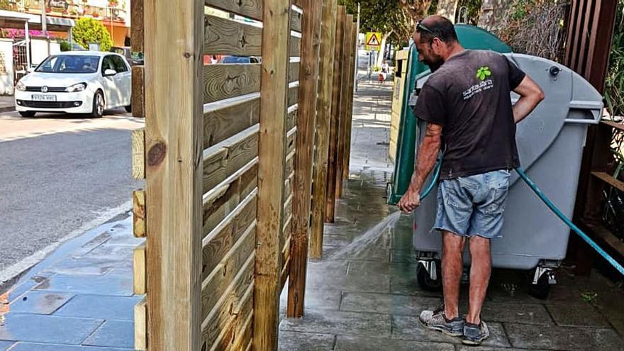 Tancaments de fusta a Llançà per protegir estèticament els contenidors