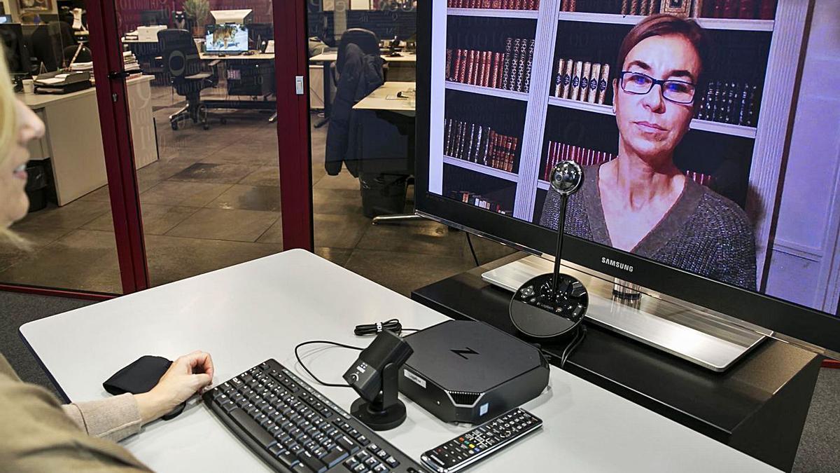 Carmen Posadas, ayer, durante la presentación de su libro, en el Club Prensa Asturiana digital. | Irma Collín