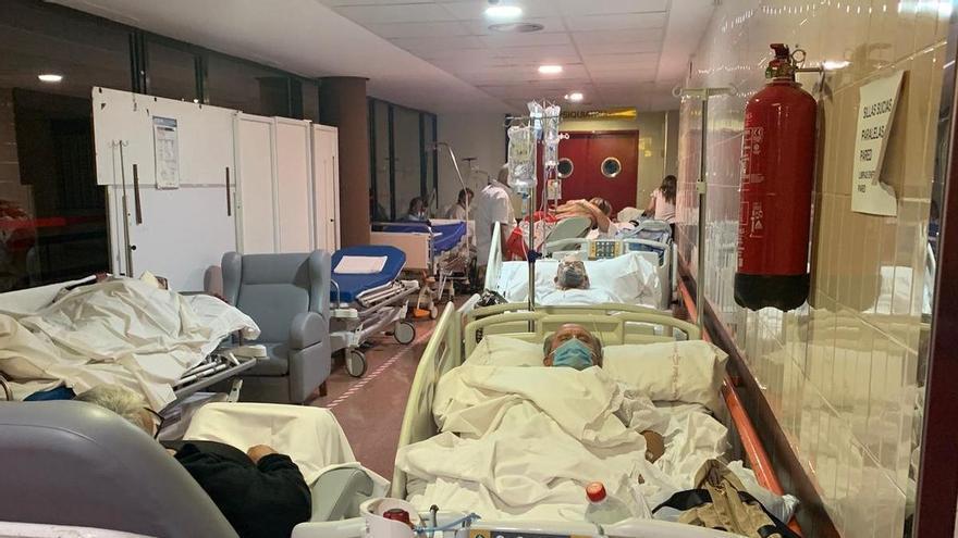 Enfermos en camillas se agolpan en los pasillos del Rafael Méndez de Lorca