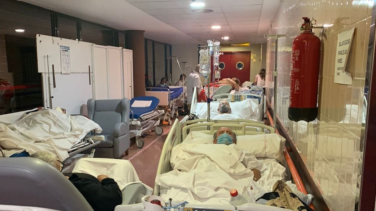 Enfermos en los pasillos del Hospital Rafael Méndez.