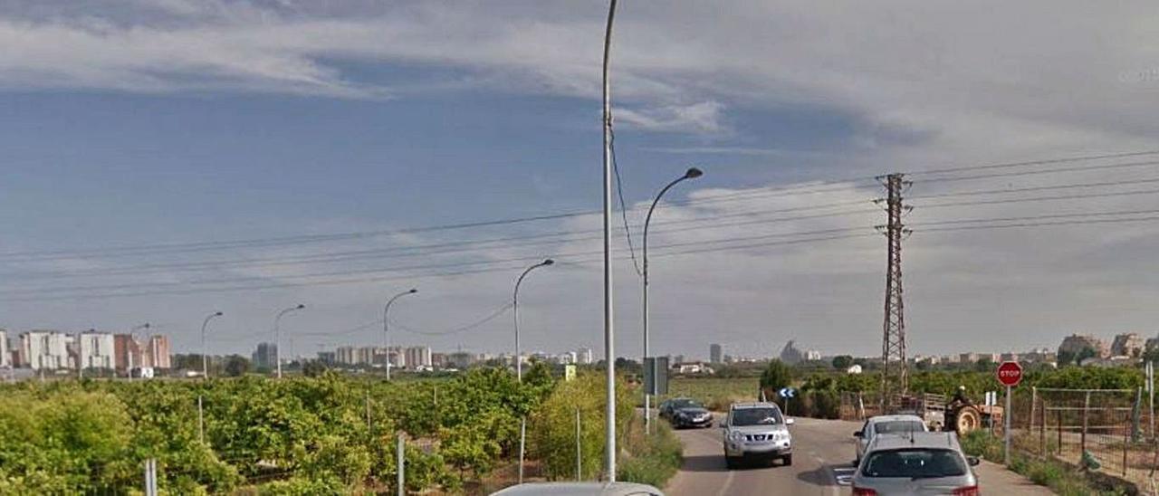 Tráfico de coches y tractores  por la calle Padre Barranco- camino de Paterna. levante-emv