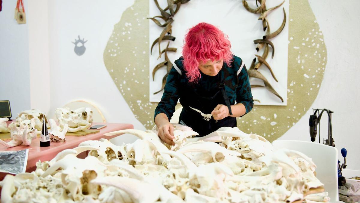 La artista Cristina Déniz inaugura 'Sacer. Rituales, sacrificios y ofrendas' en el Centro de Artes Plásticas
